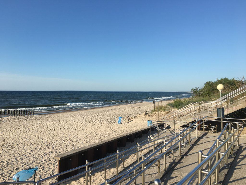 Widok z wejścia na plażę - Unieście