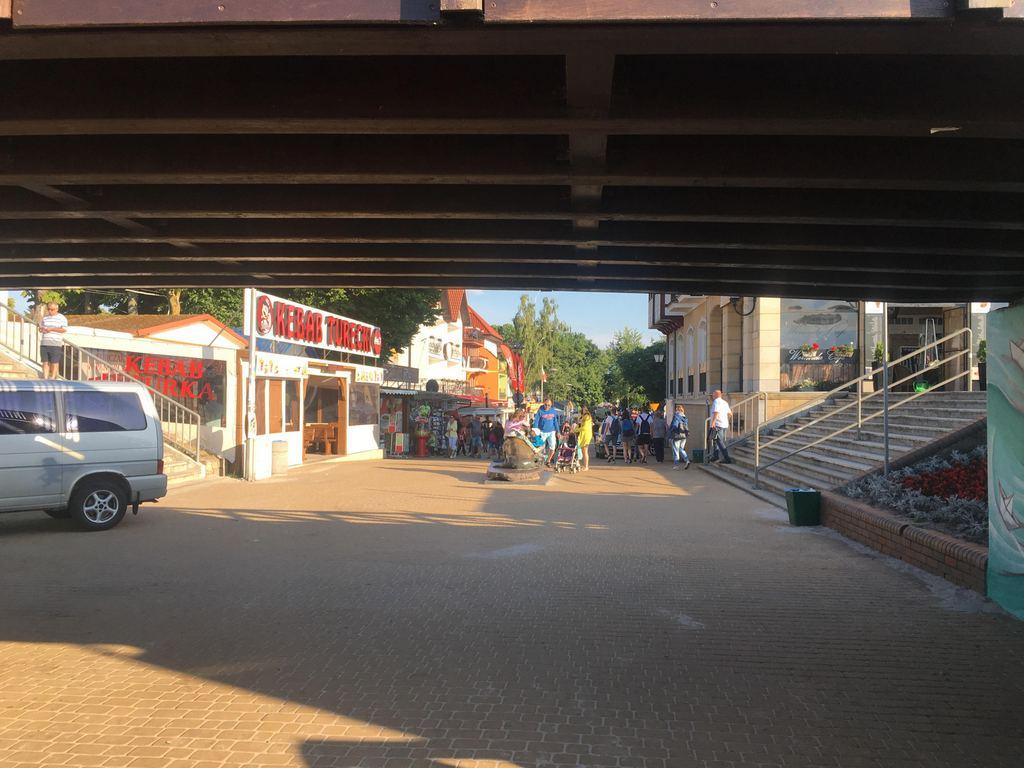 Deptak przy głównym wejściu na plażę w Mielnie